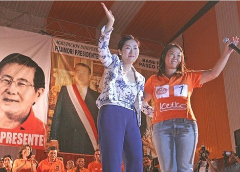"""Con Satomi Kataoka, la segunda """"esposa"""" de Fujimori, en campaña."""