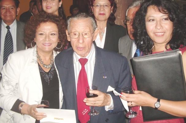 Carlos Eduardo siempre entre alumnos y amigos. Aquí con ocasión del Homenaje a Mario Vargas Llosa, marzo 2011. Sonia Luz Carrillo, Carlos Eduardo Zavaleta  y Jacqueline Oyarce. Centro Cultural San Marcos (La Casona).