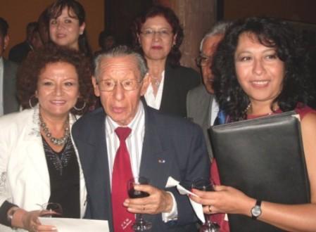 Carlos Eduardo Zavaleta con Sonia Luz Carrillo, Jacquelin Oyarce  y otros colegas sanmarquinos, en abril de 2011, en el homenaje  que  la Universidad de  San Marcos  ofreció a  Mario Vargas Llosa por la obtención del  Premio  Nobel , ocasión en la que el maestro  Zavaleta tuvo  a  su cargo  el  discurso de orden.