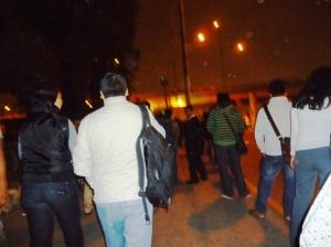 Cruzar la pista en la noche