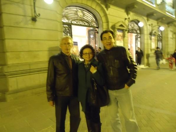 En noche limeña, frente al Teatro Municipal.