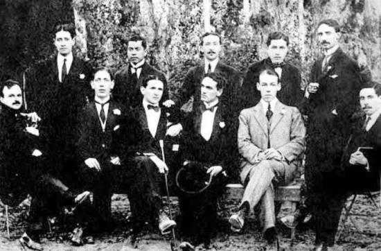 Cesar Vallejo, acompañado de Antenor Orrego, Víctor Raúl Haya de la Torre , Macedonio de la Torre, Alcides Espelucìn, Carlos Valderrama, Spelucín, y otros integrantes del Grupo Norte. Trujillo, 1915