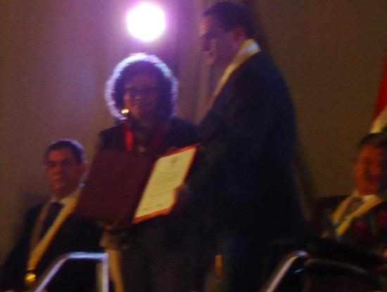 Recibo el reconocimiento de manos del alcalde Jhonel Leguía