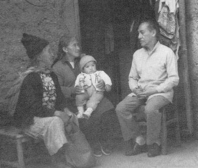 Vargas Vicuña y damas acobambinas. Foto: Revista La Casa de Cartón N° 13, 1997