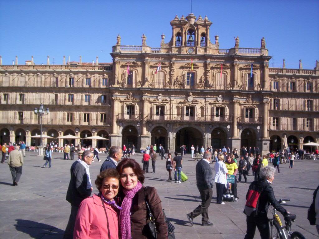 Jacqueline Alencar y Sonia Luz Carrillo. Plaza Mayor de Salamanca, España.